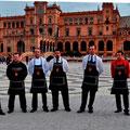 """Teilnehmer der spanischen Meisterschaft im Serrano-Schinken Schneiden, auf dem """"Plaza de España"""" in Sevilla."""