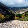 """Blick vom Camping im """"Parque Nat. de Ordesa y Monte Perdido"""" im Flussbett des Rio Cinca, gegen den Fuente de Esquinadasnos"""
