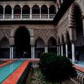"""Innenhof im """"Königspalast Alcázar"""" in Sevilla"""