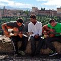 Spontaner Flamenco in Granada vor der Alhambra. Im Hintergrund die Berge der Sierra Nevada