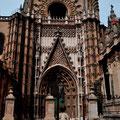 Reich geschmücktes Tor zur Kathedrale von Sevilla