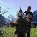 """Martin und ich bauen den """"Winter"""", hinter uns der Lugauer"""