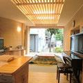 キッチンよりリビングを見る。掃出し窓は引き込んで全開放です。