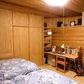 寝室。曲面の壁の裏側です。机も製作しました。
