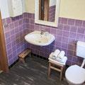 Tageslichtbad mit Badewanne zum Baden und Duschen (gegenüber des Wachbeckens)