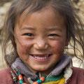 Nomadenmädchen freut sich auf die Schule