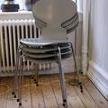 Arne Jacobsen's 'Myran' mod. 3100. Här i snyggt grått med fyra ben.