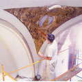 D. Venancio Quintanar pintando los decorados de las pechinas.