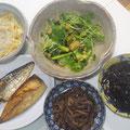 もやしと油揚げの酢の物、豆苗、なす、レタス、アスパラガスのサラダ、鯖の塩焼き、牛肉と生姜の煮物、ひじきの煮物