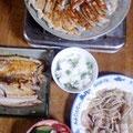 餃子 サバの塩焼き 豚もやし炒め グリーンピースご飯