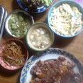 ステーキ キンピラゴボウ キュウリの辛子和え マカロニサラダ マッシュルームの中華スープ