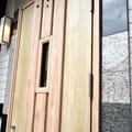 御影石貼りとピュアカラー断熱ドアのコーデ。