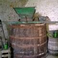 Traubenmühle auf Maischebottich