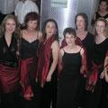 Während sich die Damen der Konzertvereinigung von ihrer besten Seite zeigen...