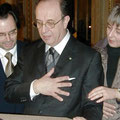 2004: EHRUNG VON LEO NUCCI. Ein Geschenk, das den Freund der Konzertvereinigung offensichtlich sehr berührt (Foto: Erfurt).