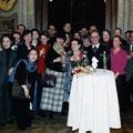 2004: EHRUNG VON LEO NUCCI. Ein gemeinsames Erinnerungsfoto mit dem Ehepaar Nucci (mit Blumen) und den Mitgliedern des Chores (Foto: Zeininger).