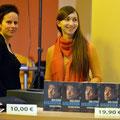 Solveig Jahnke (li.) und Sophie Micheel (Lektorin und Assistentin der GL im Weltbuch Verlag) betreuen den Büchertisch