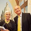 Dr. Eberhard Straub mit einer Besucherin des Abends