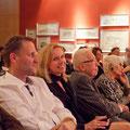Die Veranstalter Dirk Kohl und Ursula Friedsam (v.l.) inmitten der Gäste