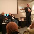 Rolf Garmhausen (re.) stellt die Protagonisten Tom Pauls (li.) und Manfred Uhlig vor