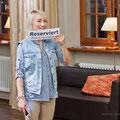 """Aljona Savchenko mit Ihrem """"Reserviert""""-Schild, was sie unbedingt als Souvenir behalten wollte"""