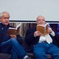 """Manfred Uhlig (re.) liest mit Tom Pauls aus seinem Buch """"Städtenamen verrückt"""""""