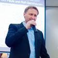 Veranstalter Dirk Kohl begrüßt die fasst 100 Gäste im Heinrich-Schütz-Saal
