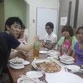 夜ごはんはみんなでお弁当を食べました!