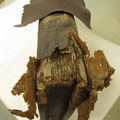 dettaglio restauro cuffia con nuovo cuoio