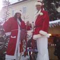 Weihnachtsmann auf Stelzen Magic Klaus und Sabrina