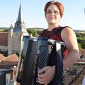 Karine et son accordéon à 20m du sol, et ça danse en dessous !