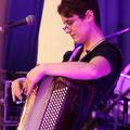 Ajustement du micro sans fil accordéon pendant les répétitions
