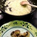 Zuerst die Pilze zubereiten und warmstellen. Dann das Risotto zubereiten.