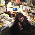 ヴィレッジヴァンガードお茶の水店 小説とかが置いてあるのんびりとした雰囲気のコーナーに。