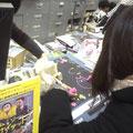 タワーレコード新宿店 巨大POPにコメントとイラストとサイン書いてます。