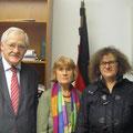 Egon Jüttner mit den ehrenamtlichen Flüchtlingshelfern aus Mannheim, Gisela Kerntke und Maria Rigot