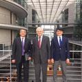 Egon Jüttner zusammen mit den beiden aserbaidschanischen Abgeordneten Rovshan Rzayev und Fuad R. Muradov im Paul-Löbe-Haus des Deutschen Bundestages