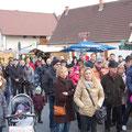 Egon Jüttner bei der Eröffnung des Adventsmarktes in Sandhofen