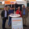 Egon Jüttner beim Bürgergespräch auf dem Neckarauer Marktplatz