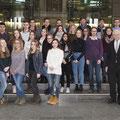 Egon Jüttner mit Schülerinnen und Schüler des Ursulinengymnasiums im Paul-Löbe-Haus des Deutschen Bundestages