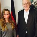 Egon Jüttner mit Hannah Fischer-Bernicol, der Praktikantin in seinem Berliner Büro