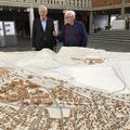…zusammen mit Dan Lundström im Rathaus Kiruna vor dem Umzugsplan