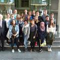 Egon Jüttner mit Schülerinnen und Schüler des Liselotto-Gymnasiums im Paul-Löbe-Haus des Deutschen Bundestages