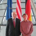 Egon Jüttner mit Edward Maurer, dem Stipiendiaten aus Mannheim, auf der Fraktionsebene des Deutschen Bundestags