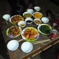 Diner typique composé de plusieurs plats et servi avec les membres de la famille.