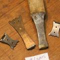 Originalteil mit Schliessenband, dazu nachgefertigte Krampe und Haften.