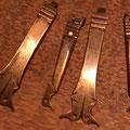 In der Mitte und rechts aussen, originale Haften, dazu die nachgefertigten Krampen.