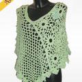 Poncho realizzato ad aghi in un particolarissimo filato verde che ricorda un effetto pizzo. Motivo a rete alternato alternato a motivo floreale, chic ed elegante.