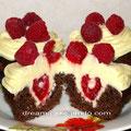 Шоколадные капкейки с малиной и кремои на основе крем-чиза и белого шоколада