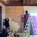 壁のベニアに漆喰を塗る